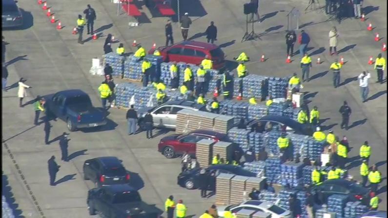 休斯敦分发百万份饮用水居民排长龙 得州仍有半数人处水危机中