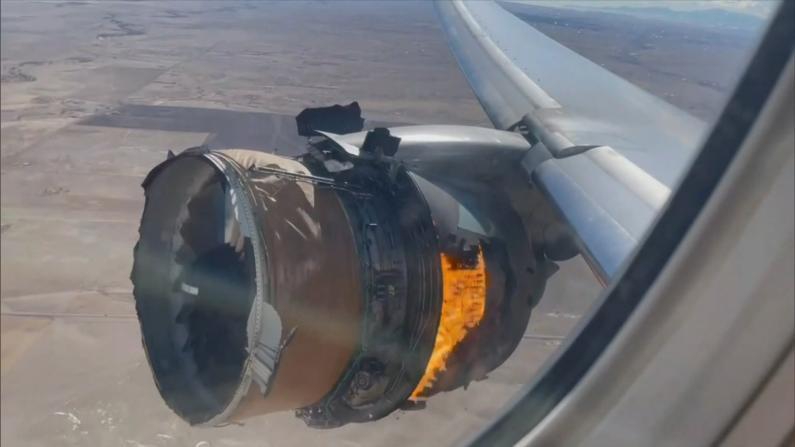 """""""希望还能再见到孩子""""美联航引擎事故班机乘客回忆爆炸瞬间"""