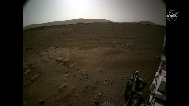 """NASA公布""""毅力号""""探测器传回首批火星彩色图像"""