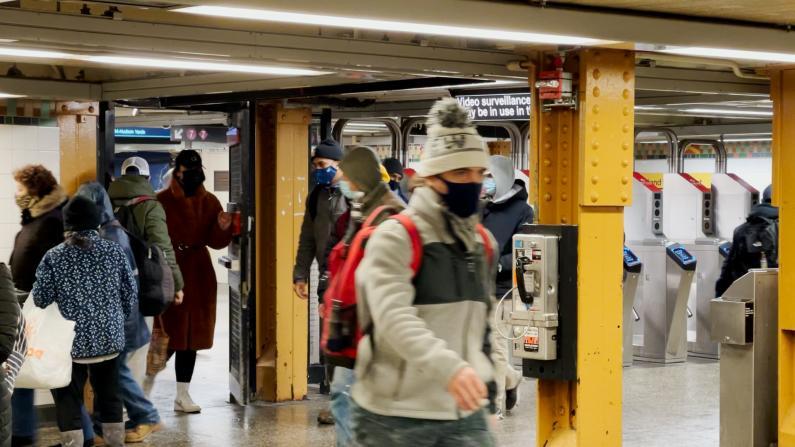 地铁袭击案频发 纽约乘客:多派警力远远不够