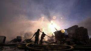 加州洛杉矶郡工业区凌晨突发大火 附近停车场数十辆车被毁