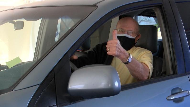 84岁老人两度自驾1800英里 只为打疫苗