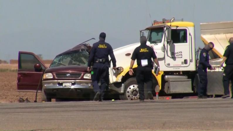 加州美墨边境撞车事故致多人死伤 涉事车凹陷变形碎片满地