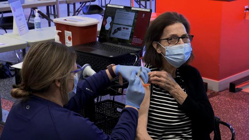 """全美开始接种首批强生疫苗 86岁老人打后称""""无任何感觉"""""""