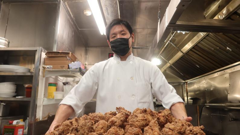 等2个月才能吃上的炸鸡 华裔二代疫情逆势翻红老牌中餐厅