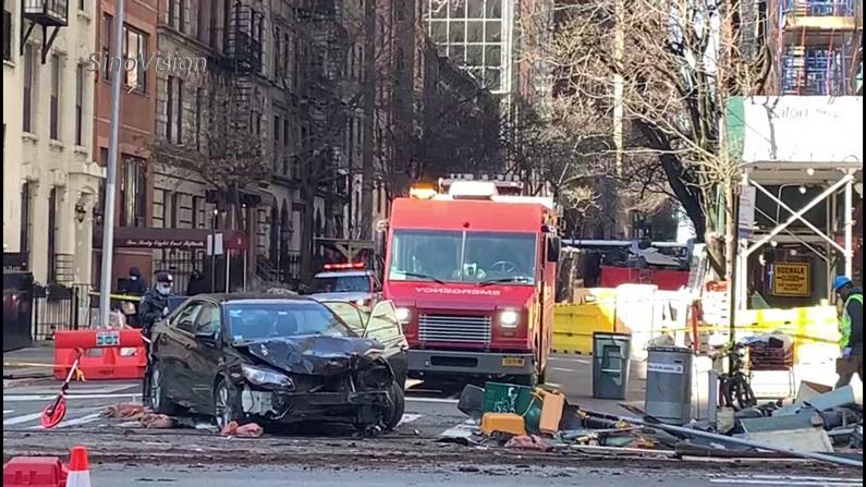 轿车撞入纽约曼哈顿室外用餐设施 现场一片狼藉多人受伤送医