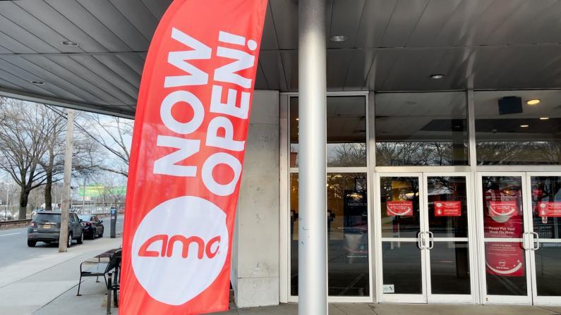 时隔近1年纽约影院重开 民众:我太兴奋了!