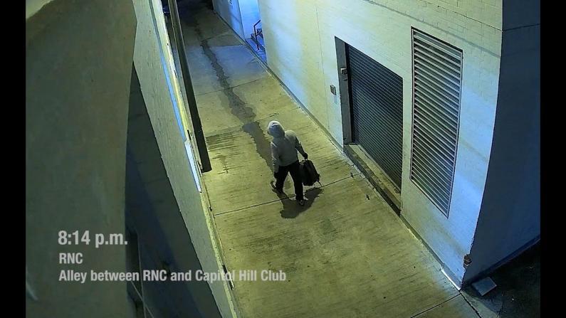 国会附近放置炸弹新监控公布!嫌犯全程帽衫套头