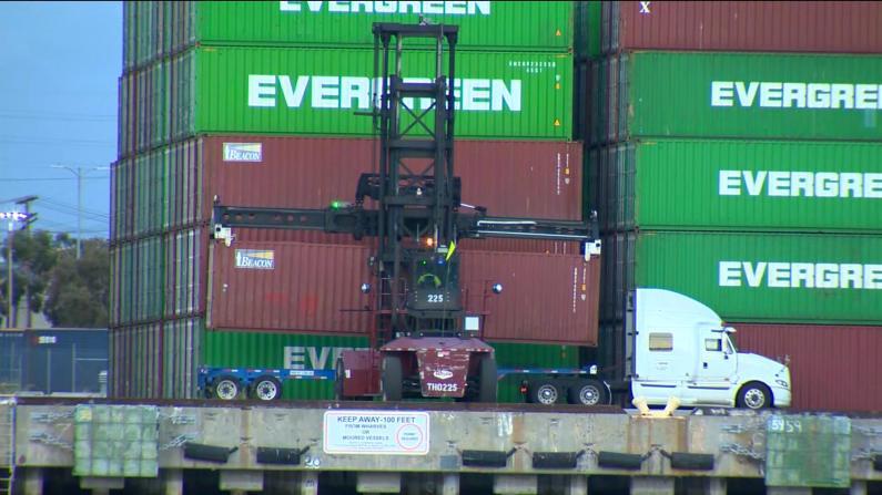 疫情期消费意外激增 洛杉矶港口大排长龙等卸货