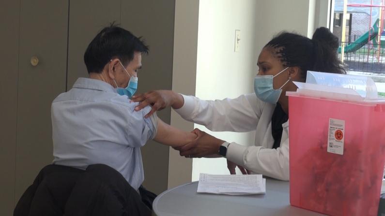 芝加哥疫苗接种者:眼泪在流,嘴巴却在笑