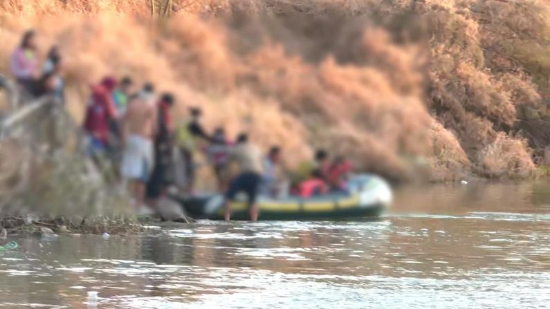 木筏数次往返送百余人偷渡 无证移民美国南部越境画面公开
