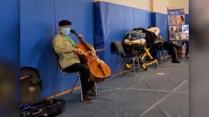 【现场】接种第二剂疫苗后 大提琴家马友友接种点即兴演奏