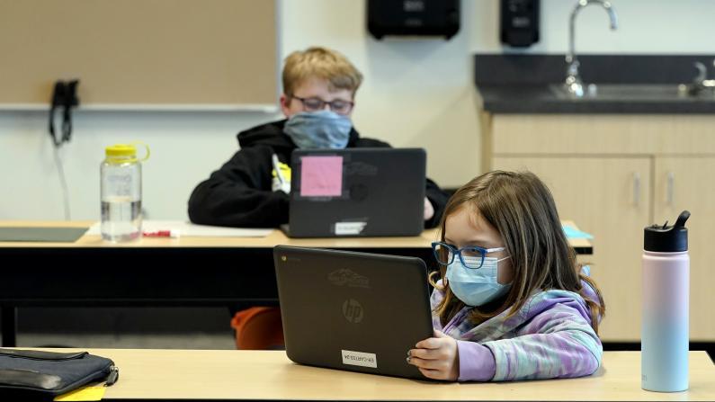 CDC拟改变学校防疫准则:缩短社交距离至3英尺