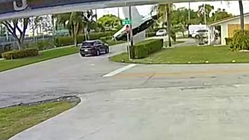 飞来横祸!佛州小飞机坠向SUV致3死 目击者:听见炸弹般声响