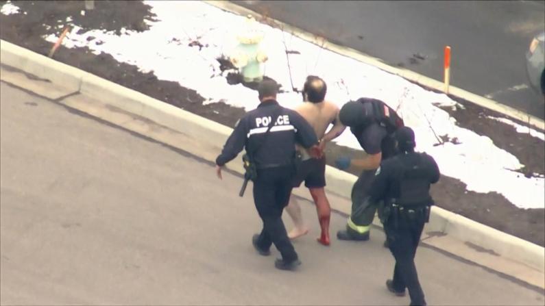 【现场】科罗拉多一超市惊现枪手 赤裸男子满身是血被押走
