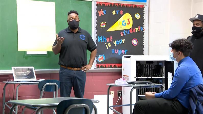 纽约市公校高中复课 学生到校上课老师却远程教学?