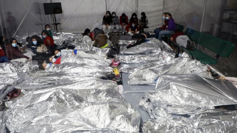 CBP公布移民儿童拥挤地板睡觉视频:留置中心已严重超载