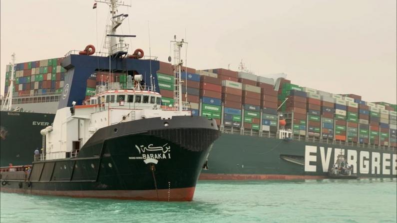 台湾巨型货轮搁浅致苏伊士运河断航