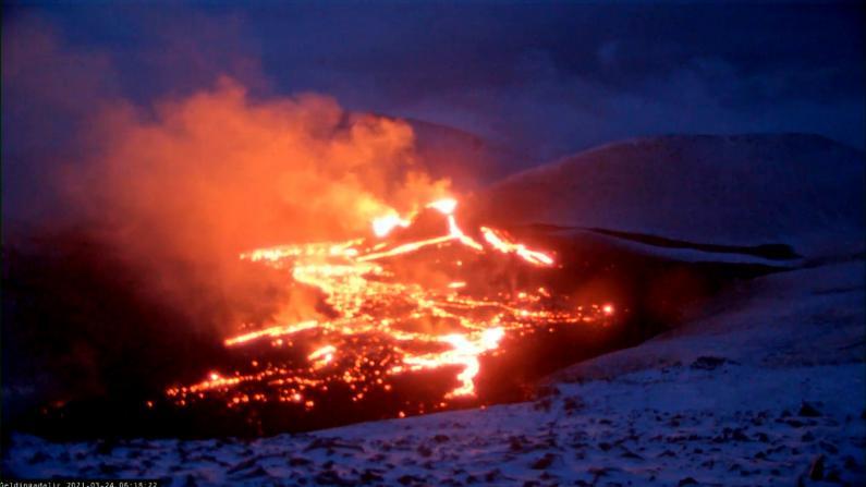 冰岛沉寂800年火山爆发 火光漫天熔岩四处蔓延