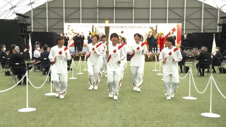 东京奥运会圣火传递开跑 主办方呼吁民众别欢呼改鼓掌