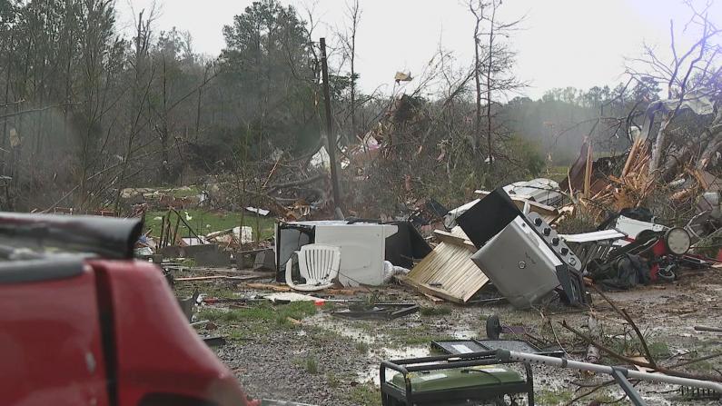 """阿拉巴马遭""""超级细胞""""飓风袭击 房屋树木被撕成碎片"""