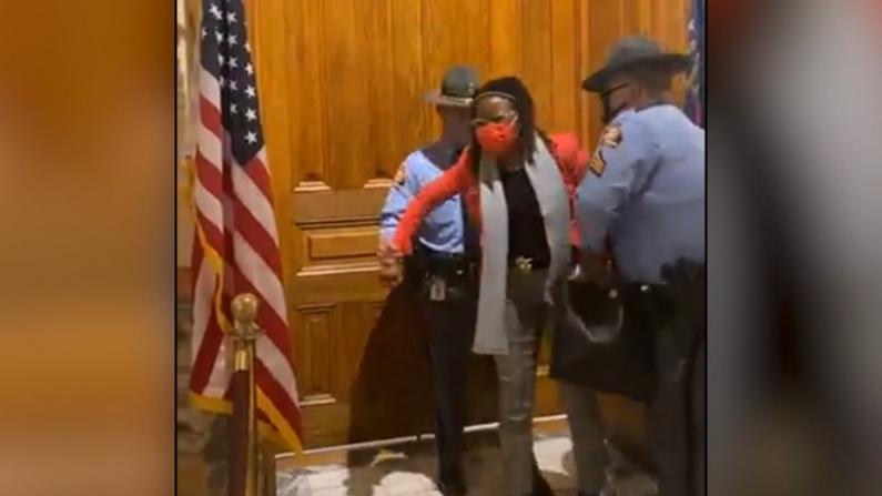 敲州长办公室门表抗议 乔治亚非裔女议员遭州警拷走