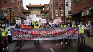 风雨无阻!上千民众费城游行 抗议亚裔仇恨