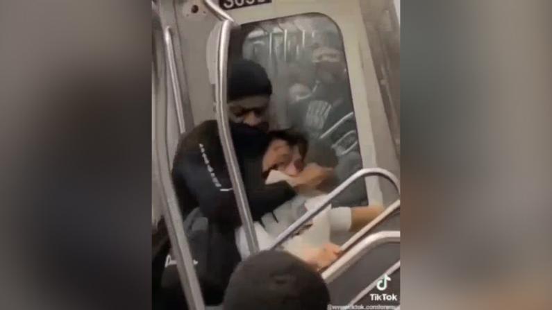 【现场】亚裔纽约地铁上遭暴力殴打锁喉 警方通过本网呼吁受害者尽快报案