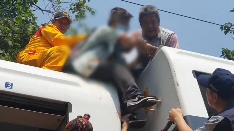 台铁脱轨事故致百余死伤 疑因工程车未拉手刹撞列车头