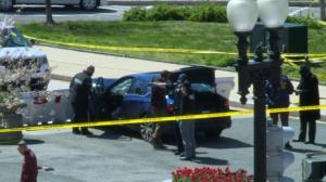 【现场】驾车冲击国会大厦外路障!警方搜查嫌疑车辆
