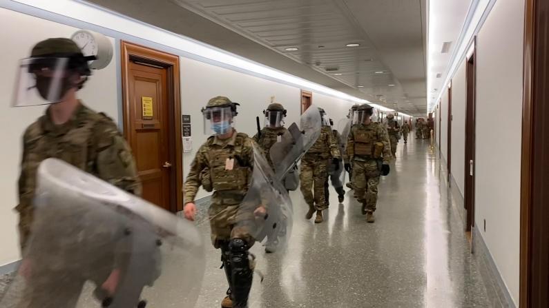 【现场】国民警卫队持盾国会大厦内待命