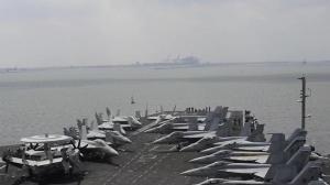 """""""塞船""""后首批通行 美国海军""""艾森豪威尔""""号驶过苏伊士运河画面公开"""
