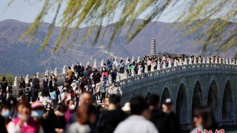 中国清明假期1.02亿人次出游 恢复至疫前同期94.5%