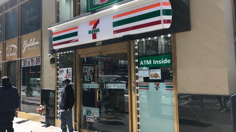 """纽约曼哈顿7-11店员被骂""""中国混蛋"""" 店员:一天被吃100多次""""白食"""""""