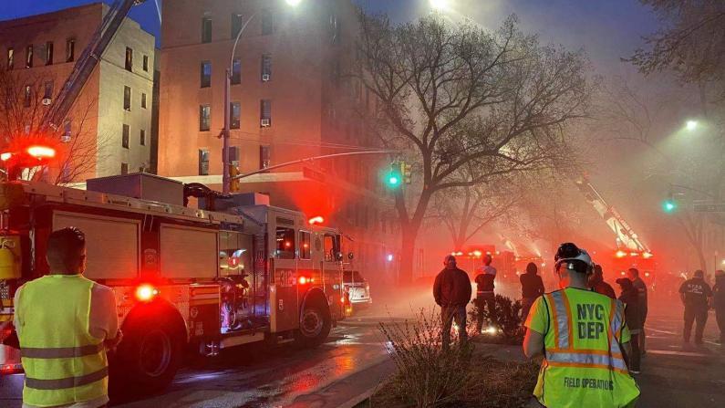 纽约皇后区居民楼8级大火 上百人无家可归 消防局:火势失控是因为...