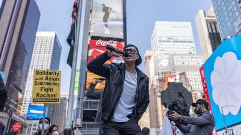 """""""占领""""时报广场的华二代:让我滚回家的听好了,这里就是我的家"""