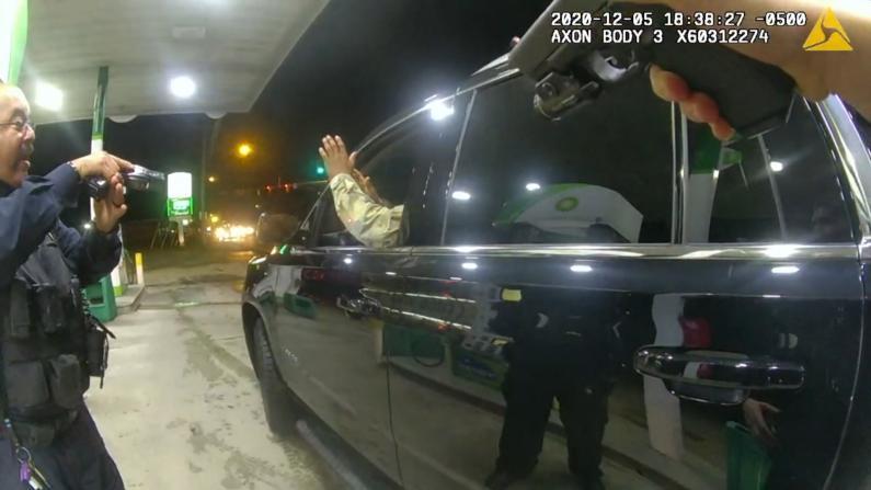 """""""交通拦停被枪指、喷胡椒""""非裔现役士兵起诉维州警方暴力执法"""