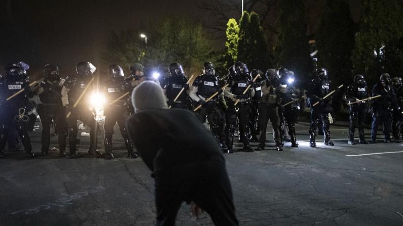 明州警察执法时又现非裔死亡 再掀暴力示威和骚乱