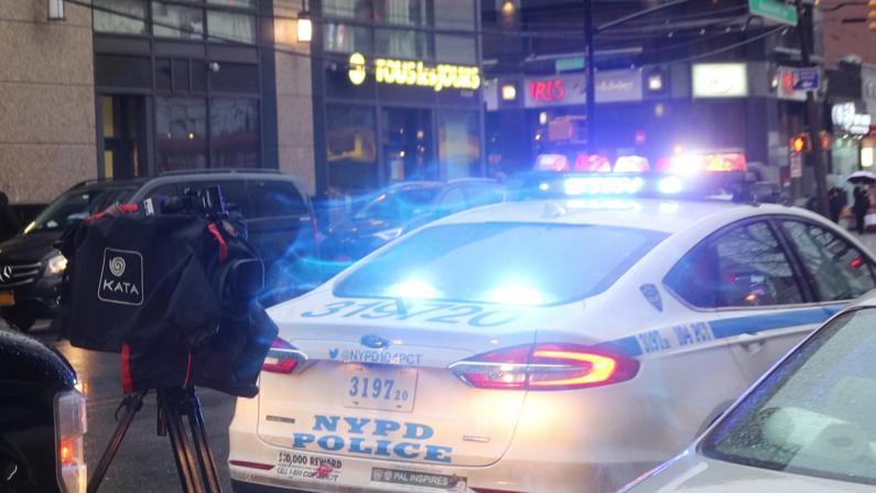【现场】纽约法拉盛街头爆枪击 行人仓皇躲进路边餐馆