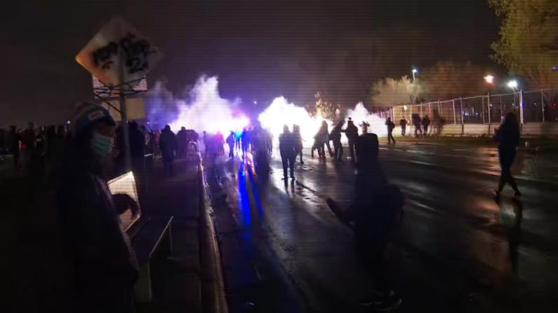 明州抗议持续第三天多地响应 警方放闪光弹驱赶人群