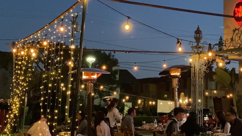 户外就餐排长龙 洛杉矶夜市火爆