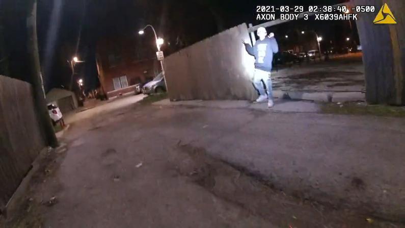 芝加哥少年高举双手遭警方射杀 警员执法仪画面公布