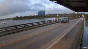 极速飞车!佛州一车辆在吊桥上升时冲破栏杆飞跃大桥