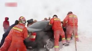 内蒙古暴风雪阻路:消防打通近2公里道路 解救被困人员38人