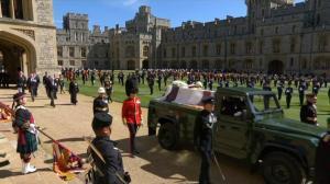 英国菲利普亲王葬礼举行 灵柩搭亲自设计汽车覆私人旗帜