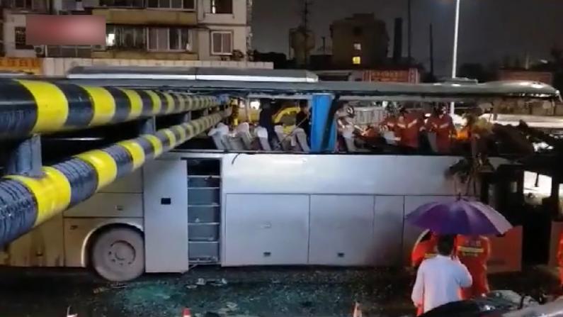 广西桂林一大巴撞上限高架 致1死6伤