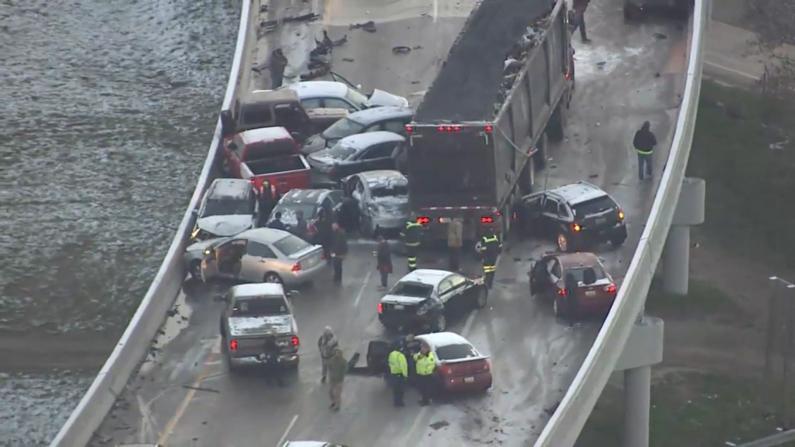 密歇根高速发生20车连环相撞事故 车辆碎片满地