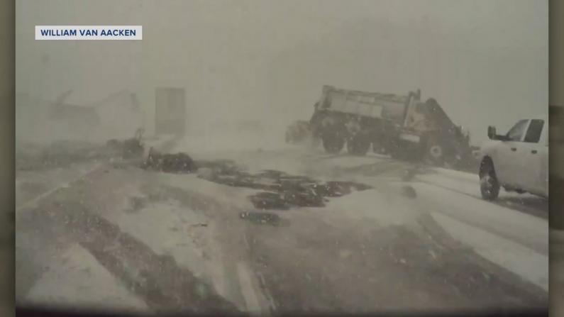 货车断成两半!威州突降暴风雪导致48车大追尾