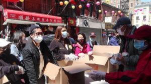纽约州总检察长詹乐霞华埠派发食物:支持亚裔就来华埠消费吧