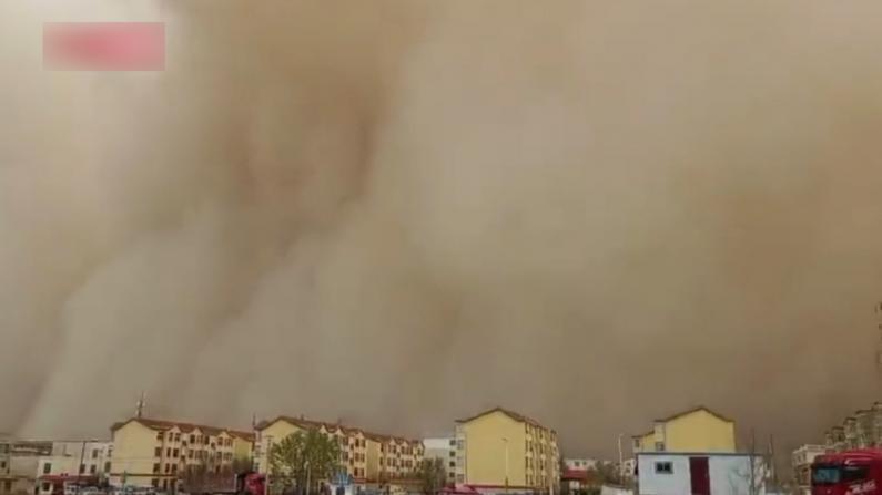 沙尘暴席卷内蒙古甘肃 遮天蔽日如同灾难片现场